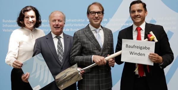 Baufreigabe für Winden! Von links: Staatssekretärin Dorothee Bär, CDU-Bundestagsabgeordneter Peter Weiß, Bundesverkehrsminister Alexander Dobrindt und SPD-Bundestagsabgeordneter Johannes Fechner.