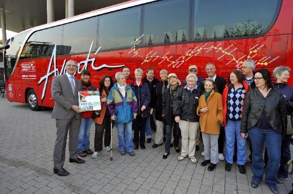 Teilnehmer der Avanti Reise von Freiburg nach Shanghai werden von FWTM Geschäftsführer Dr. Bernd Dallmann vor dem Konzerthaus verabschiedet. Quelle: FWTM