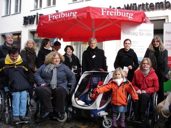 """""""Freiburg für alle"""": Mitglieder der Initiative am Infostand in der Münsterstraße"""