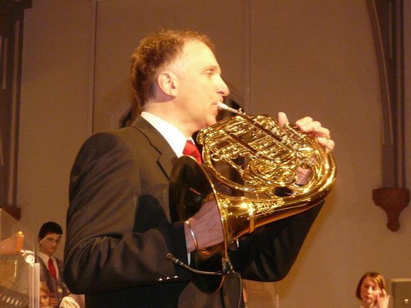Selbst am Instrument: Dirigent Stephan Rinklin
