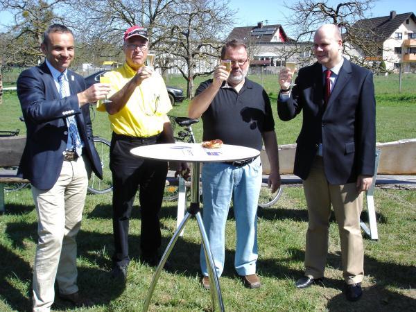 Auf gutes Gelingen: Der zweite Vorsitzende der HHG, Hans-Georg Meier, Bernd R. Hermann, Geschäftsführer Hot Chili, der erste Vorsitzende der HHG, Peter Schönstein und Bürgermeister Dr. Jürgen Louis (von links)