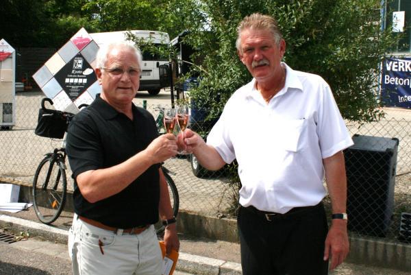 Gelungener Auftakt: Opfingens Ortsvorsteher Hans-Jürgen Stadelhofer und der Vorsitzende des örtlichen Gewerbevereins, Uwe Momme Jensen, stoßen auf die Leistungsschau an