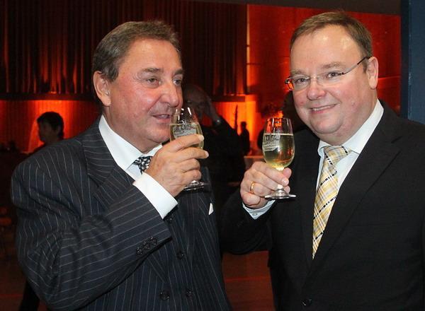 Freuen sich auf den Abend: Vorstandsvorsitzender der Sparkasse Freiburg-Nördlicher Breisgau, Horst Kary, und Teningens Bürgermeister Heinz-Rudolf Hagenacker (rechts)