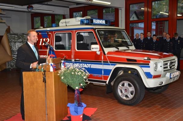 Bürgermeister Armin Hinterseh bei der Übergabe des neuen Fahrzeugs Foto: Markus Straub