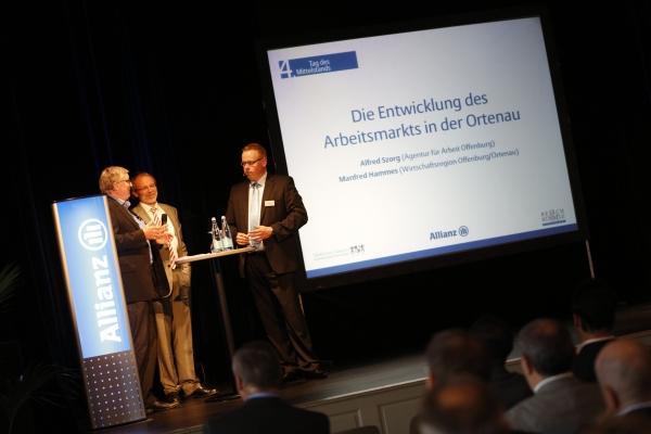 Moderator Ulf Tietge im Gespräch mit WRO-Geschäftsführer Manfred Hammes und dem Geschäftsführer der Agentur für Arbeit, Alfred Szorg.