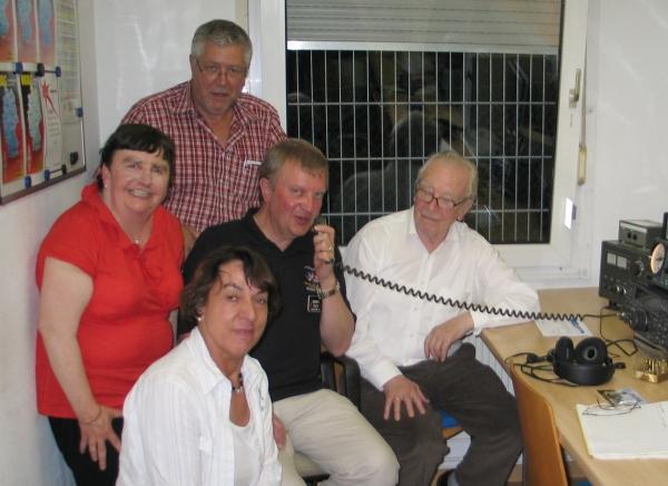 Die Gäste aus Guildford Stella Whitbourn und Roger Eeles sowie Oskar Funk (Mitte von links) zusammen mit Christina Stiefel (vorne) und dem Ortsverbandsvorsitzenden Hans-Joachim Wolbeck (hinten, stehend).