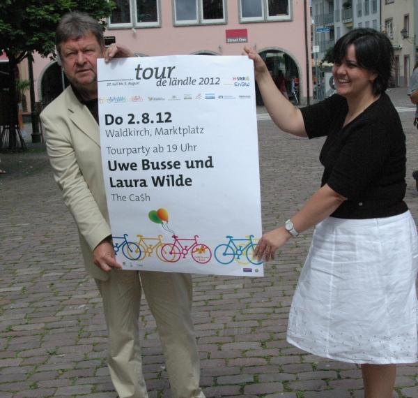 Oberbürgermeister Richard Leibinger und Isabella Wehrle, Stadtmarketing, mit dem Plakat der Tourparty.