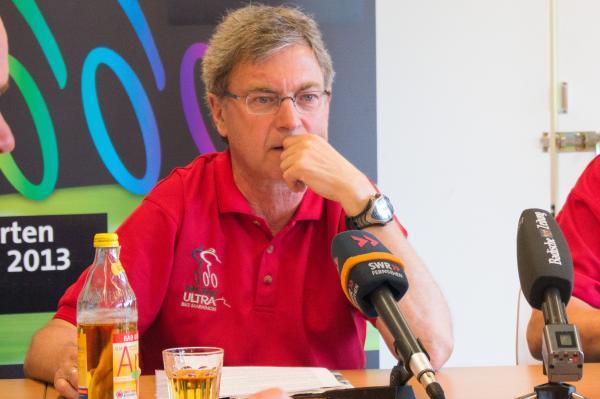Ein sehr emotionaler Erhard Eckmann nennt die Gründe für den Rücktritt.