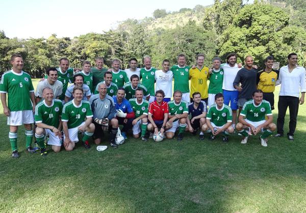 Die beiden Mannschaften ZDF/ARD und Bürgermeister (grüne Trikots)