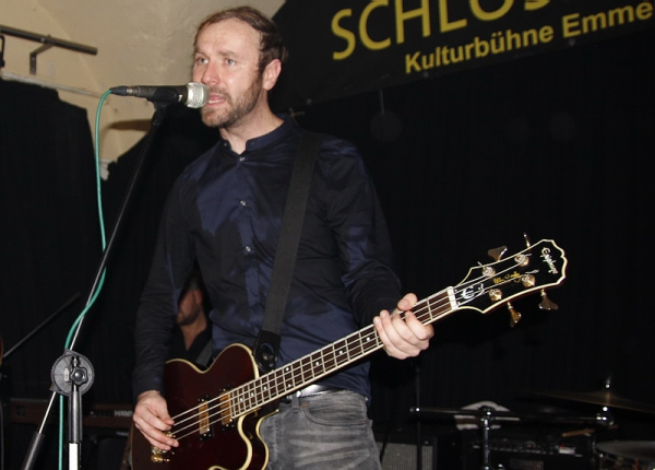 The Enshins im Schlosskeller: Daniel Gorzalka (Bass und Gesang)  Foto: Reinhard Laniot, EMMENDINGER ZEITUNG