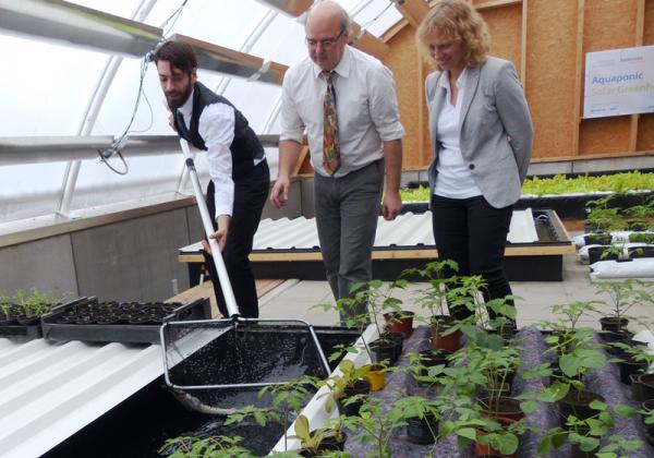Franz Schreier, Geschäftsführer und Eigentümer des Aquaponischen Gewächshauses (mitte) sowie Anke Held vom Badenova-Innovationsfonds (rechts) bei der offiziellen Inbetriebnahme des Gewächshauses