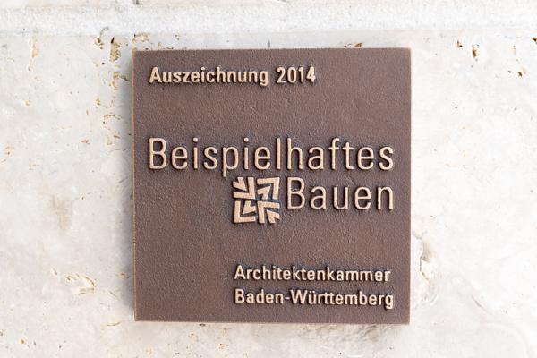 """Quartier Unterlinden erhält Architektenpreis """"Beispielhaftes Bauen"""" - Diese Auszeichnungstafeln wurden an den beiden Gebäuden """"Sparkasse"""" und """"Solitär"""" angebracht.   Bild: FSRM"""