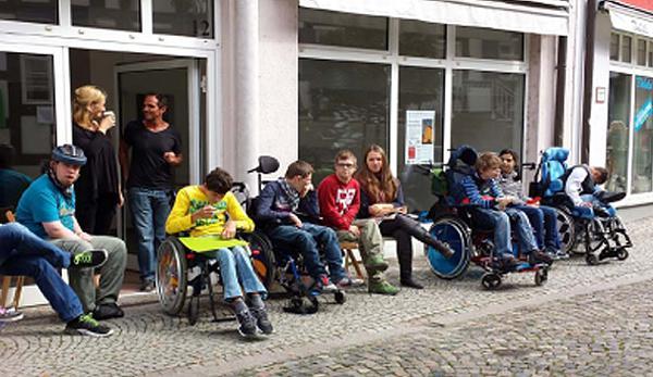 Die Schülergruppe der Berufsschulstufe der Esther-Weber-Schule vor den Räumen im Westend in Emmendingen.