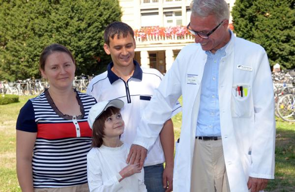 Viktor und seine Eltern freuen sich gemeinsam mit Dr. Horst Zajonc vom Universitätsklinikum Freiburg über die gelungene Operation Foto: Universitätsklinikum Freiburg