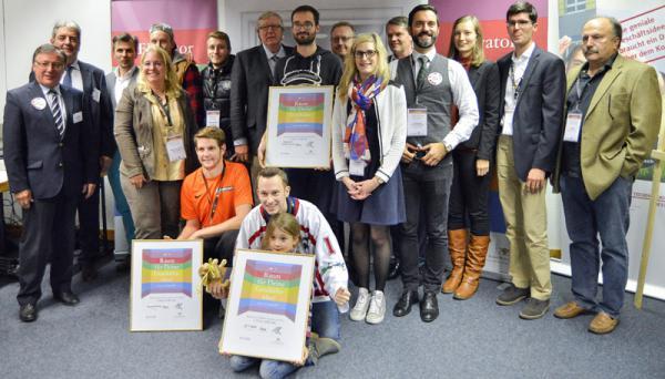 """Die Teilnehmerinnen und Teilnehmer Wettbewerbs """"Regional Cup Südlicher Oberrhein"""" und die Jury nach dem Pitch. Foto: Tobias Zappe"""