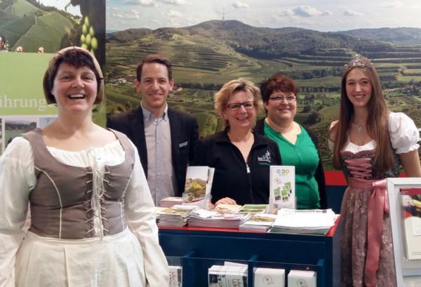 Heute in Stuttgart dabei! Von links: Monika Reinbold (alias Grete Krayer), Julian Semet (Schwarzwald Tourismus GmbH), Andrea Schlenk (Tourist-Information Emmendingen), Andrea Jörger (Breisgauer Wein GmbH) und Lena Grodel (Breisgauer Weinprinzessin)
