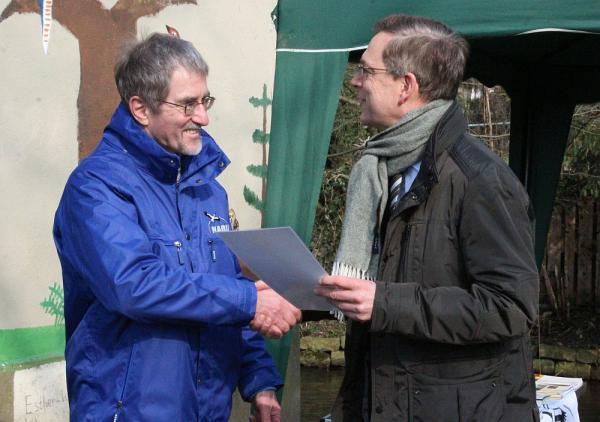 """NABU-Projekt """"Ökotürme"""" der Kreisgruppe Emmendingen ausgezeichnet - Martin Neub (Vorsitzende NABU Kreisgruppe Emmendingen, rechts) und Landrat Hanno Hurth"""