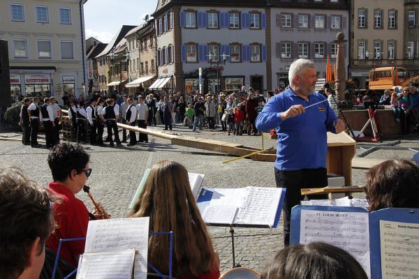 Kreishandwerkerschaft: Maibaumstellen auf dem Marktplatz Emmendingen - Musikverein Windenreute  REGIOTRENDS-Foto: Reinhard Laniot
