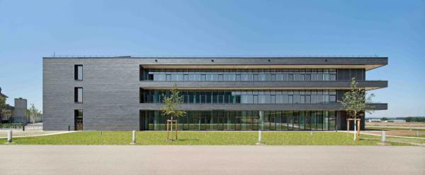 Freiburger Zentrum für interaktive Werkstoffe und bioinspirierte Technologien bietet Raum für 140 Wissenschaftler unterschiedlicher Disziplinen.   Foto: Ingeborg Lehman