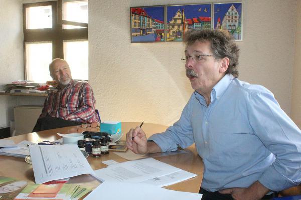 Programm für 10. Kaiserstühler Naturheiltage (7.-9. Oktober) vorgestellt - Bürgermeister Hans-Joachim Schwarz und Bernhard Steinhart (Projektleiter Naturheiltage, rechts)