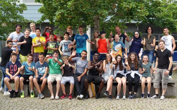 24 Schülerinnen und Schüler (mit und ohne Migrationshintergrund) sind der Frage nachgegangen, was Menschen aus anderen Kulturkreisen an Deutschland überrascht und was sie zunächst seltsam finden.