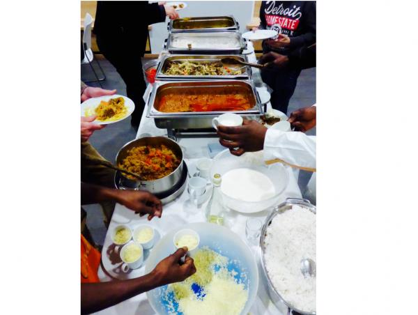 Gemeinsam wurden die verschiedenen leckeren Speisen genossen, welche die Gambier zubereitet hatten