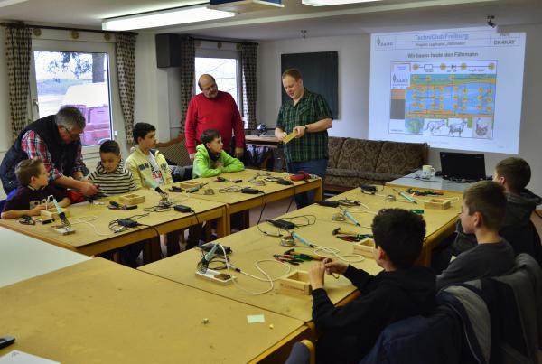 Achim Wolbeck (DL1GWO, links), Roland Fritz (DC1GF, Mitte) und Kay Zipperle (DK4KAY, rechts) standen den jungen Elektronikbastlern mit Rat und Tat zur Seite!