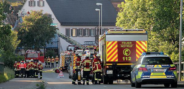 Feuerwehreinsatz in Teningen-Köndringen - Dachstuhlbrand in der Bahnhofstraße   REGIOTRENDS-Foto: Reinhard Laniot