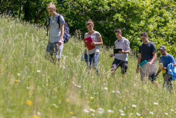 Die Landwirtschafts-Azubis bei der Begehung einer Bergwiese in Bollschweil-St. Ulrich  © Naturpark Südschwarzwald