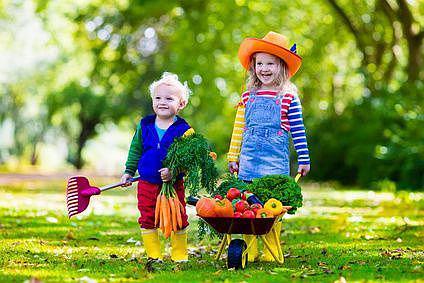 """19. bis 24. Juni : Landkreisweite Gesundheitswoche - Auftakt zur Kommunalen Gesundheitskonferenz - Motto: """"Gesund aufwachsen und leben"""" Kinder freuen sich über frisches Gemüse   Foto: fotolia"""