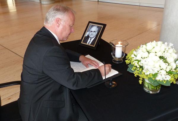 Kondolenz für Helmut Kohl - CDU-Bundestagsabgeordneter Peter Weiß trug sich in Berlin in Kondolenzbuch ein  Foto: Büro Peter Weiß