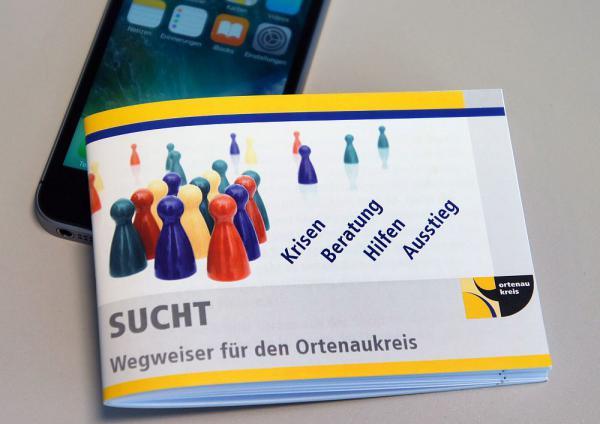 """Taschenwegweiser zum Thema Sucht wurde aktualisiert - Landrat Scherer: """"Ratsuchenden eine Unterstützung an die Hand geben""""  Foto: Landratsamt Ortenaukreis"""