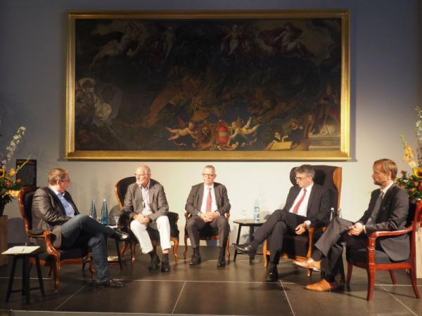 Podiums-Talk über Europa in der Sparkasse  (v.li)Moderator Dr. Stefan Pawellek, Prof.Dr. Gerd Krumeich, Dr. Christoph Münzer, OB Dr. Dieter Salomon, Moritz Pohle