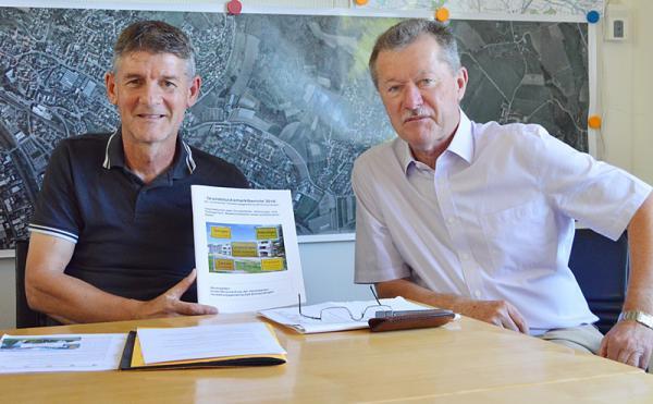Grundstücksmarktbericht 2016 von der Geschäftsstelle Gutachterausschuss vorgestellt: Leiter der Geschäftsstelle Gutachterausschuss Hans-Georg Bury (links) mit dem Vorsitzenden des Gutachterausschusses Rolf Teske
