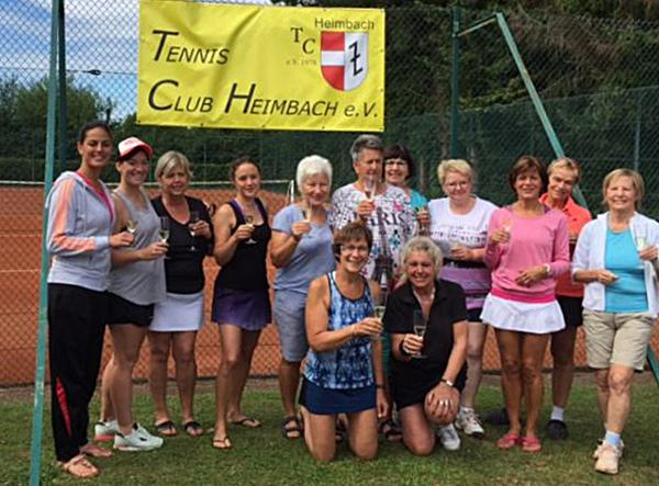 So ist es richtig – wenn schon Prosecco-Cup dann müssen die Voraussetzungen auch stimmen. Und bei den Heimbacher Tennisdamen stimmte der Turnier-Titel, wie man hier sehen kann.