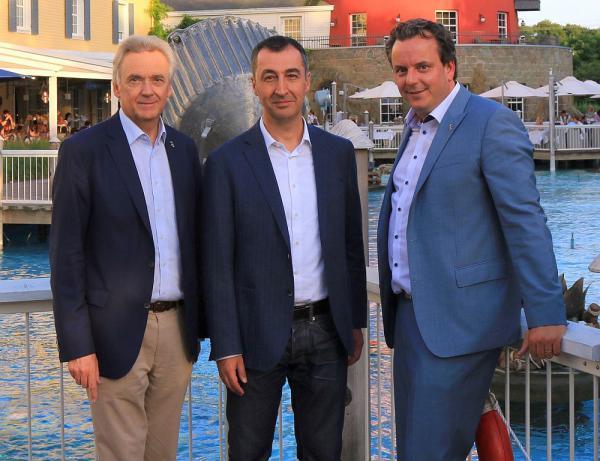 Hoher Besuch aus der Hauptstadt - Grünen-Chef Cem Özdemir entspannte im Europa-Park Jürgen Mack (links) und Michael Mack (rechts) begrüßten den Spitzenpolitiker Cem Özdemir im 4-Sterne Superior Hotel Bell Rock  Foto: Europa-Park