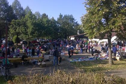 Buntes Treiben auf dem Flohmarkt vor der Neumattenhalle in Mundingen