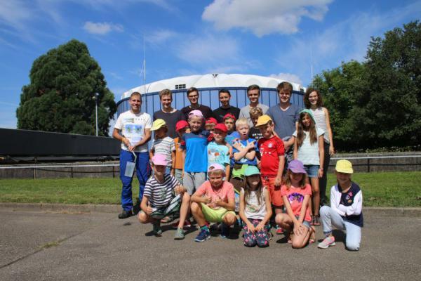 Betriebsleiter Johannes Schulz (links) begrüßte dieser Tage 17 Mädchen und Jungen mit ihren Betreuern auf der Oberkircher Kläranlage. Im Rahmen der Ferienspiele der Katholischen Kirche ließen sie sich die Funktionsweise des Klärwerks erklären.