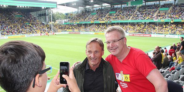 1. FC Rielasingen-Arlen - Borussia Dortmund: Geschäftsführer Hans-Joachim Watzke  Watzke stand über 15 Minuten auf der Haupttribüne in der Halbzeit nur für Fan-Fotos bereit. Eine Geste, die von den Anhängern beider Teams weidlich genutzt wurde und prima ankam.