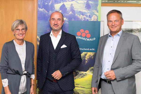 Hansjörg Mair als neuer Geschäftsführer der Schwarzwald Tourismus GmbH vorgestellt -  Landrätin Dorothea Störr-Ritter (Aufsichtsratsvorsitzende der STG), Geschäftsführer Hansjörg Mair und rechts Landrat Frank Scherer (Vorsitzender der Gesellschafterversammlung der STG).