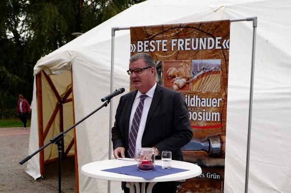 6. Internationales Holzbildhauer-Symposium in Kenzingen eröffnet - Bürgermeister Matthias Guderjan