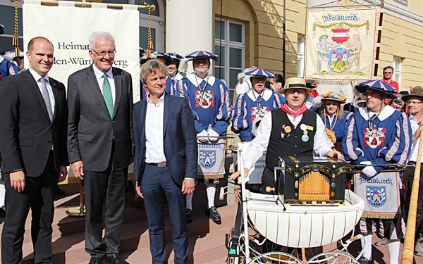 Übergabe der Fahne vor dem Karlsruher Schloss (OB Waldkirch Roman Götzmann, Ministerpräsident Winfried Kretschmann, OB Karlsruhe Frank Mentrup).  Foto: Stadt Waldkirch