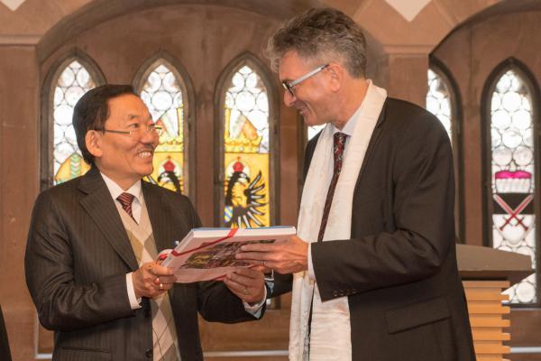 Freiburg empfing die Gewinner des One World Award Grand Prix - OB Dr. Dieter Salomom überreicht ein Buch über den Kaiserstuhl an Ministerpräsident Shri Pawan Chamling (links).