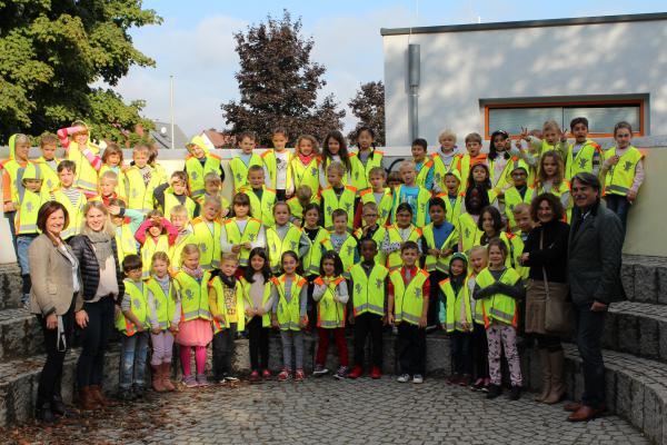 An der Fritz-Boehle-Grundschule wurden die Westen im Beisein von Rektorin Angela Hauser von MSRT-Vorsitzendem Alfred Haas übergeben. Brigitte Ernst, Simone Fricke, Annette Dreher und OB-Stellvertreter Joe Saar flankieren die drei Klassen (v.links)