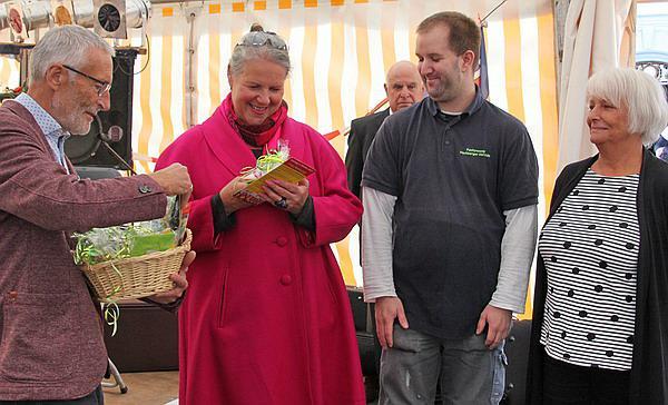 """Pulsierendes Mittelzentrum Emmendingen: Eröffnung Härdepfl-Feschd und Naturpark-Markt.  Für den Gewerbeverein als Organisator des Härdepfl-Feschds dankte Karl-Friedrich Jundt-Schöttle Petra Rombach und Monika Schüssler für die Mitarbeit und Fanfarenzug-Vorsitzenden Ingo Bührer für die Übernahme der Bewirtung. Als symbolischen Dank und Anerkennung gab es den neu geschaffenen """"Kartoffeltaler"""". Diese kleine Aufmerksamkeit beinhaltete eine Kartoffel aus Forchheim und einen Emmendinger Taler im Wert von 5,- EUR, einzulösen bei Emmendinger Geschäften"""