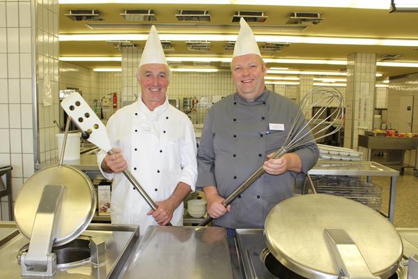 Wechsel am Küchenherd: Stephan Timm (rechts) ist neuer Leiter der Küche im Kreiskrankenhaus, Jean-Paul Fakler geht in den Ruhestand.   Foto: Landratsamt Emmendingen