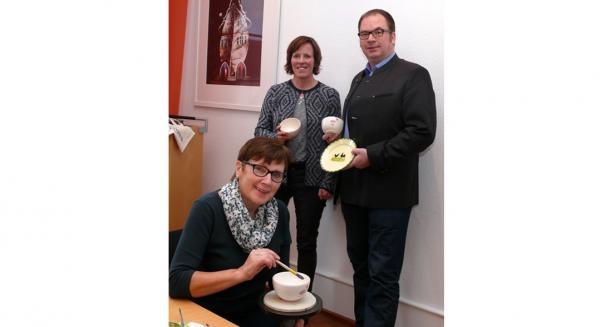 Hinten von links: Martina Mundinger (Stadtmarketing) und Ralf Müller (geschäftsführender Gesellschafter der Zeller Keramik Manufaktur), davor Erika Börisig (Zeller Keramik Manufaktur.  Foto: Stadt Lahr