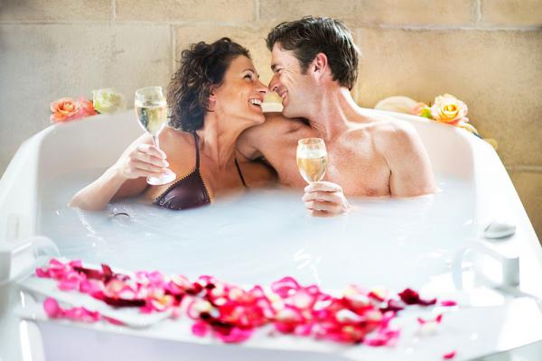"""6. bis 24. November: """"Relaxen - entspannen - genießen"""" - Die Wohlfühlwochen in den Europa-Park-Hotels rufen!  Wellnes - Partnerwanne - Pralinen  Foto: Europa-Park"""