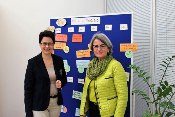 Landtagsabgeordnete Marion Gentges (links) mit der Rektorin der Realschule St. Landolin, Ulrike Hugel
