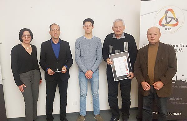 Von links: Badischer Sport Bund-Vizepräsidentin Magdalena Heer, Renzo Düringer, Jonathan Huber, Dieter Rutz, Bernd Mädler (alle FC Emmendingen)  Foto: Badischer Sportbund Freiburg